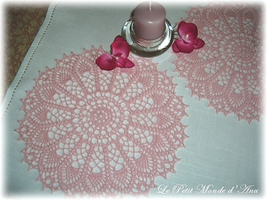 Napperons roses au crochet / Pink crocheted doilies