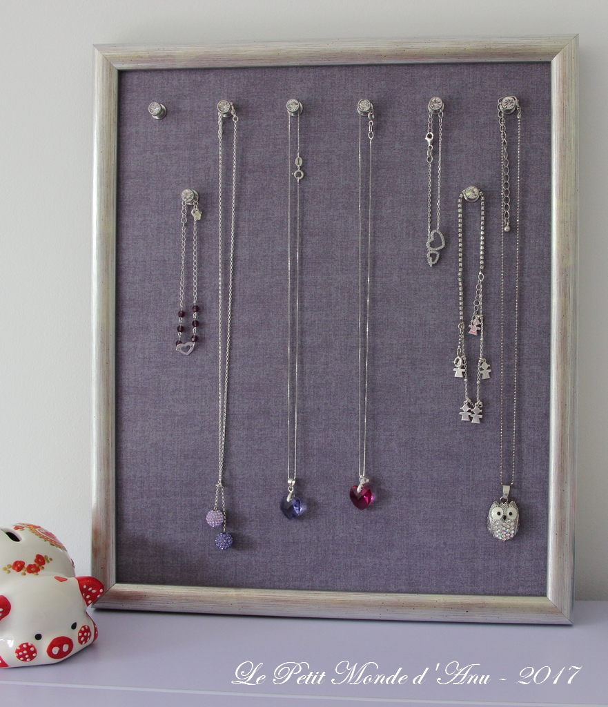 cadre porte-bijoux et des cartes / framed jewelry display and some
